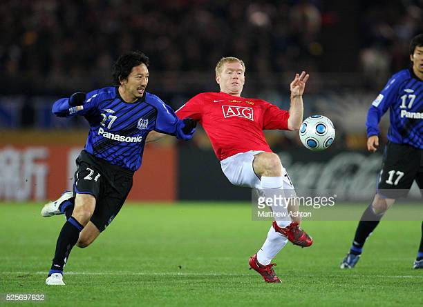 Hideo Hashimoto of Gamba Osaka and Paul Scholes of Manchester United