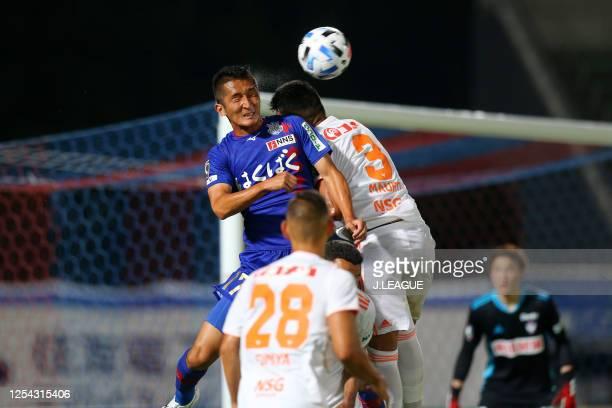 Hidetaka Kanazono of Ventforet Kofu and Mauro of Albirex Niigata compete for the ball during the J.League Meiji Yasuda J2 match between Ventforet...