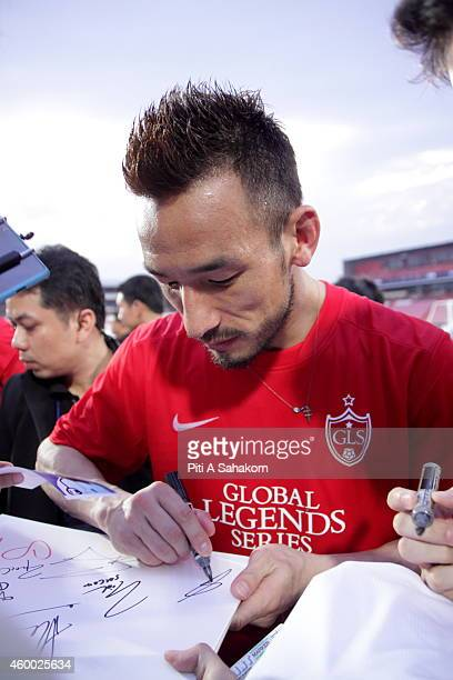 Hidetoshi Nakata greet with football fans after a training session for the Global Legends Series at the SCG Stadium