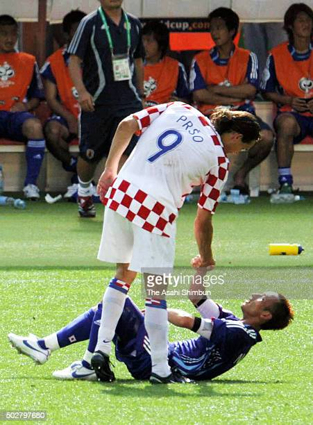 Hidetoshi Nakata of Japan and Dado Prso of Croatia shake hands after the 00 draw in the FIFA World Cup Germany 2006 Group F match between Japan and...