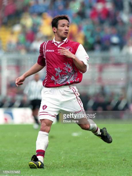 Hidetoshi Nakata of Perugia in action during the Serie A match between Perugia and Juventus at the Stadio Renato Curi on September 13, 1998 in...