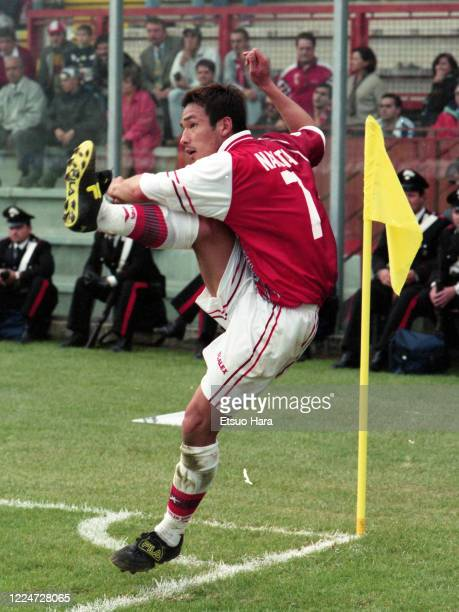 Hidetoshi Nakata of Perugia takes a corner kick during the Serie A match between Perugia and Venezia at the Stadio Renato Curi on October 18, 1998 in...
