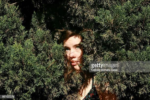 hiding face - 隠れる ストックフォトと画像