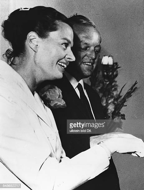 Hielscher Margot *Schauspielerin Schlagersaengerin D nach der standesamtlichen Trauung mit dem Komponisten Friedrich Meyer in Muenchen Juli 1959