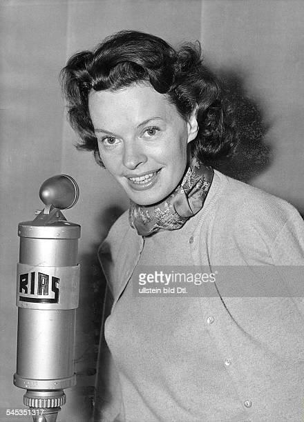 Hielscher Margot *Schauspielerin Schlagersaengerin D Portrait am Mikrophon des RIAS 1954