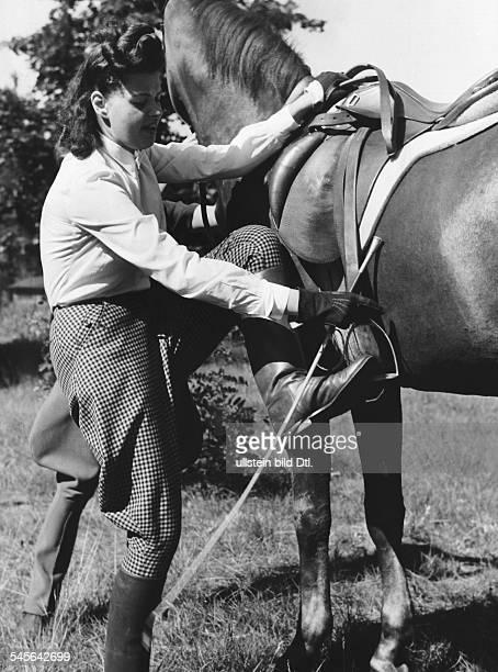Hielscher Margot Singer Actress Germany * riding lesson on the occasion of her first cast in 'Das Herz der Koenigin' 1940 Vintage property of...