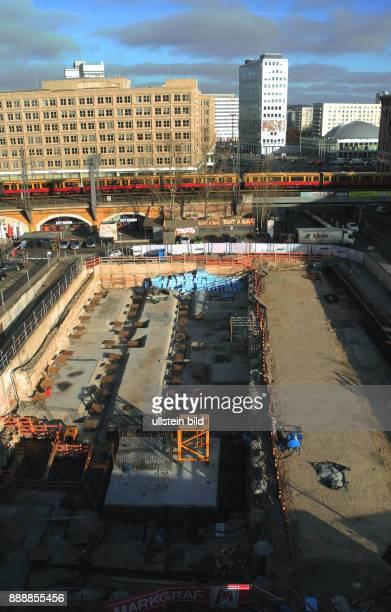 Hier auf dieser Baubrache davor temporaerer Parkplatz starteten im August 2015 die Bauvorbereitungen fuer einen 95 Mill teuren HotelNeubau mit 708...
