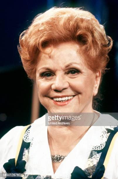 Hier die gerade 80 Jahre gewordene deutsche Sängerin volkstümlicher Musik, Moderatorin und Unterhaltungskünstlerin MARIA HELLWIG zu Gast in der...