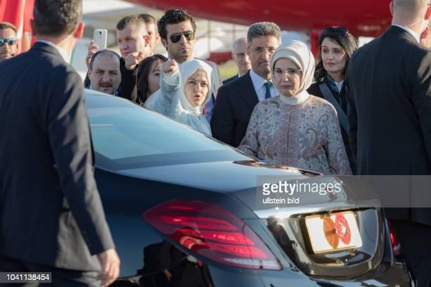 Hier wird die Türkische First Lady von Sichheitsbeamten zur gepanzerten Limousine begleitet