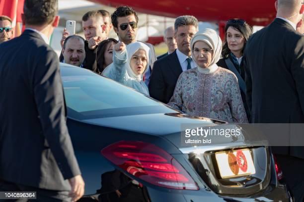 Hier wird die Tuerkische First Lady bei der Ankunft auf dem Airport Hamburg von Sichheitsbeamten zur gepanzerten Limousine begleitet