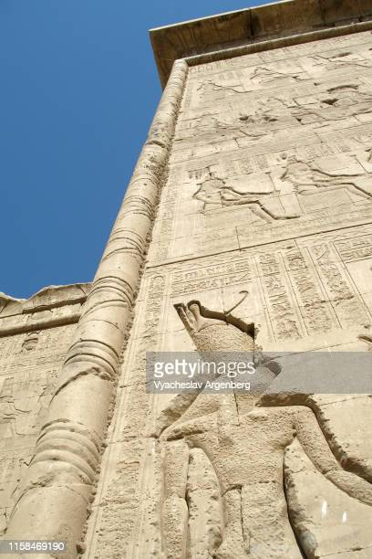 hieroglyphics on outer walls of dendera's hathor temple, ancient egypt - tempelcomplex van dendera stockfoto's en -beelden