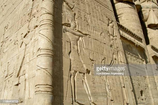 hieroglyphics on outer walls of dendera's hathor temple, ancient egypt - argenberg fotografías e imágenes de stock