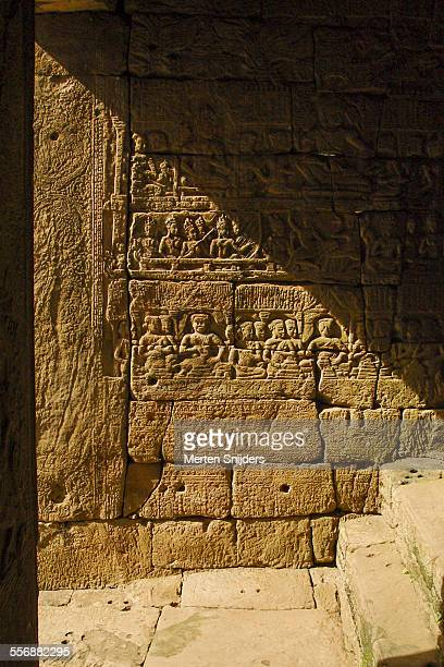 hieroglyphs of the angkor bayon temple - merten snijders 個照片及圖片檔