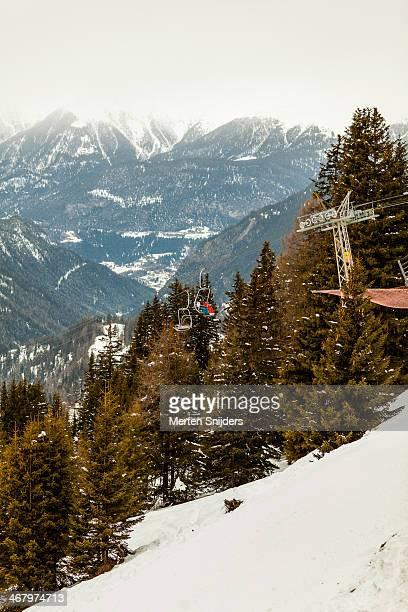 high altitude ski lift arriving at platform - merten snijders stockfoto's en -beelden