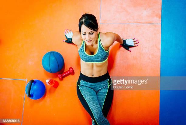 Grand angle de vue sur l'athlète faisant abs