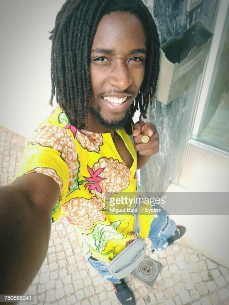 high angle portrait of young man with dreadlocks - rasta photos et images de collection