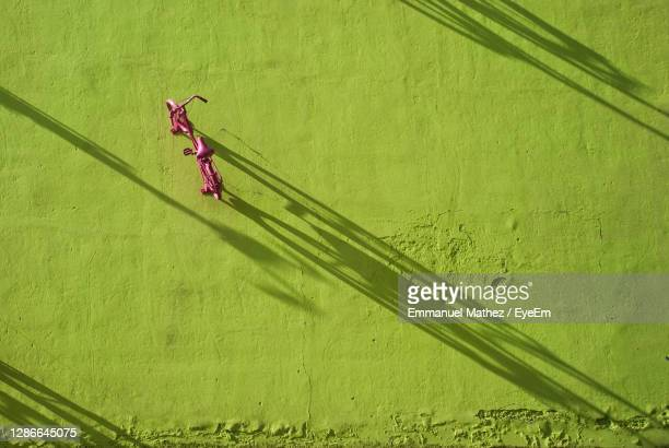 high angle view of a bicycle on wall - monza stock pictures, royalty-free photos & images