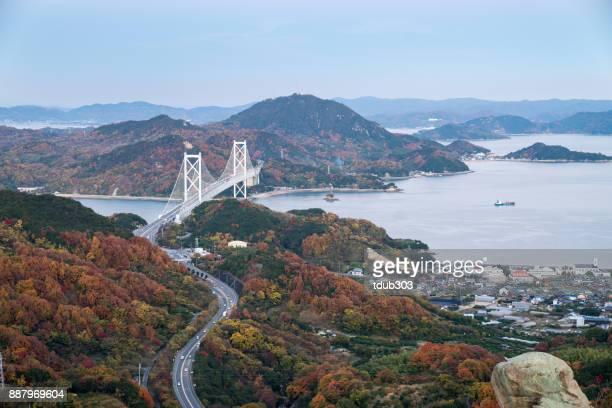 vista de alto ângulo de uma estrada e ponte na região de seto inland - hiroshima - fotografias e filmes do acervo