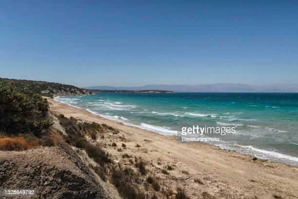 high angle view of a sand beach on a sunny day in aegean turkey. - emreturanphoto stock-fotos und bilder