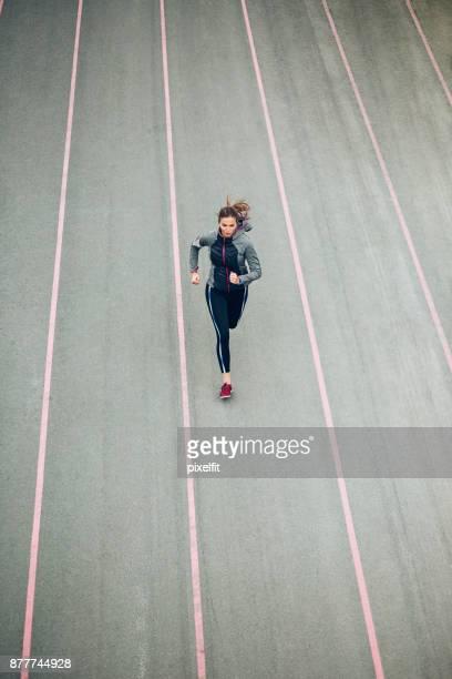 Vue d'angle élevé d'un sprinter en cours d'exécution sur la bonne voie