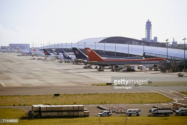 high angle view of airplanes at an airport, kansai international airport, osaka, japan - internationaler flughafen kansai stock-fotos und bilder