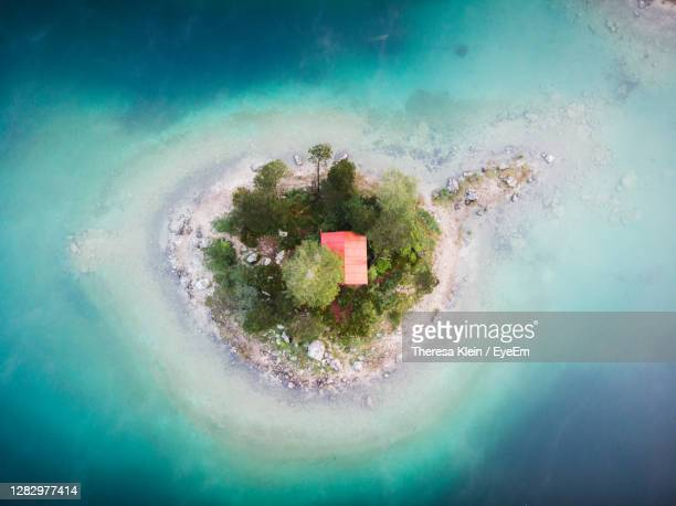 high angle view of an island at the einser lake - klein foto e immagini stock