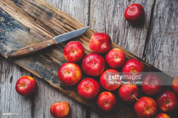 High Angle View Of Apples On Cutting Board Over Table