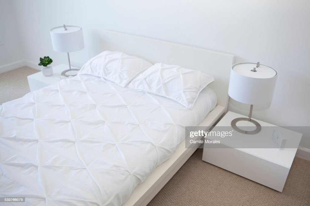 High angle view of bed and night tables in modern bedroom : Foto stock