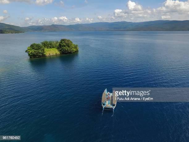 high angle view of boat in sea against sky - makassar stock pictures, royalty-free photos & images