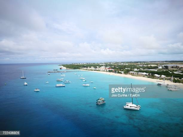 high angle view of boats in sea against sky - turks and caicos islands stock pictures, royalty-free photos & images