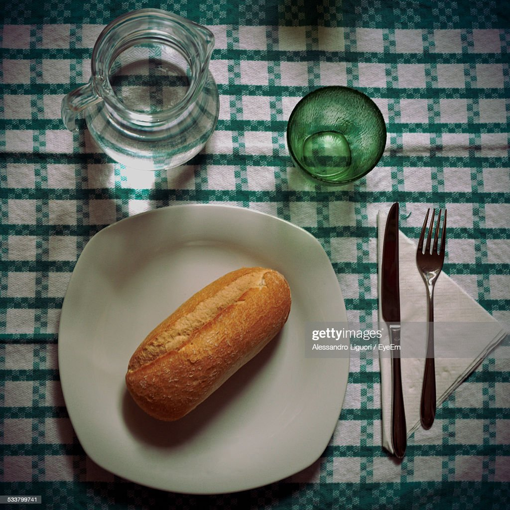 High Angle View Of Bread Loaf On Table : Foto stock