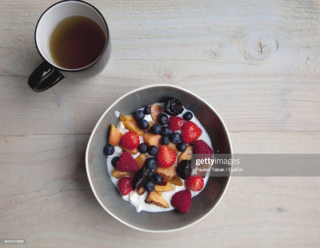 High Angle View Of Breakfast In Bowl By Tea On Table : Stockfoto