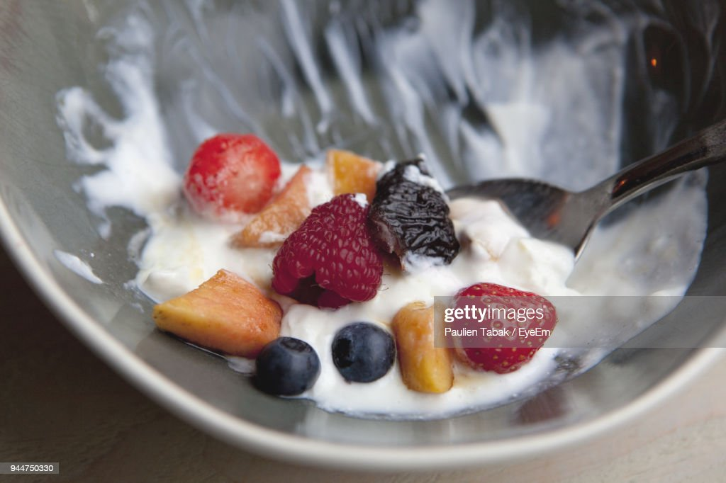 High Angle View Of Breakfast In Bowl On Table : Stockfoto