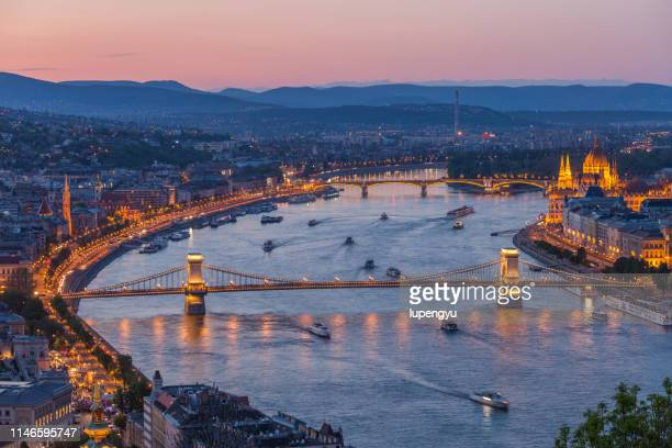 high angle view of budapest at twilight - ponte széchenyi lánchíd - fotografias e filmes do acervo