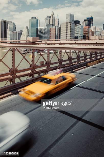high angle view of car and yellow taxi on brooklyn bridge - ponte sostenuto da cavi foto e immagini stock
