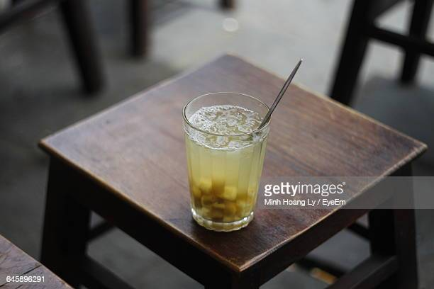 high angle view of che hat sen in drinking glass on table - frische stockfoto's en -beelden