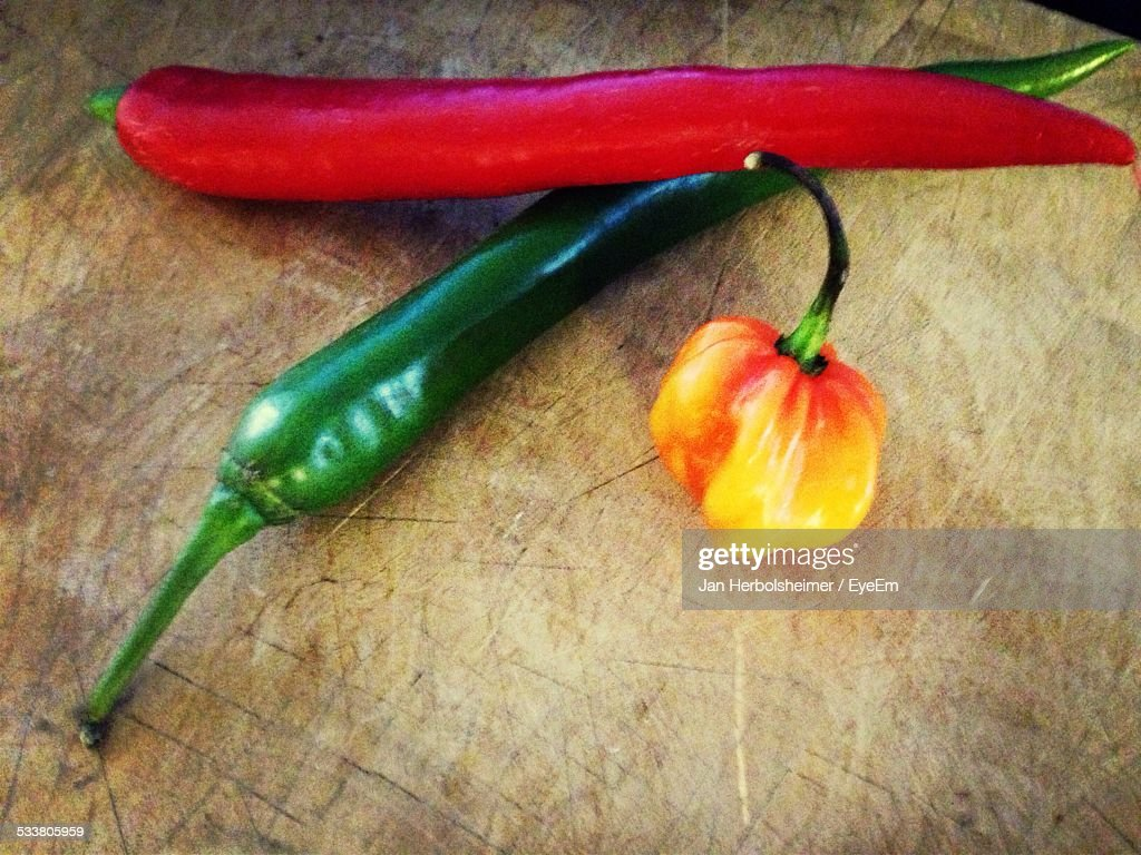 High Angle View Of Chilies And Bell Pepper On Table : Foto stock