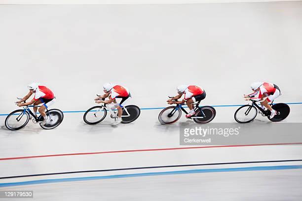 競合他社の高角度のビューで自転車レース - 自転車競技 ストックフォトと画像