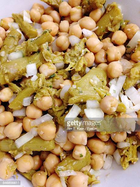 high angle view of cooked chick-peas and asparagus with chopped onion in bowl - klein foto e immagini stock