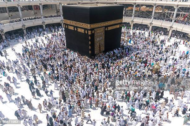 high angle view of crowd at masjid al-haram - kaaba fotografías e imágenes de stock