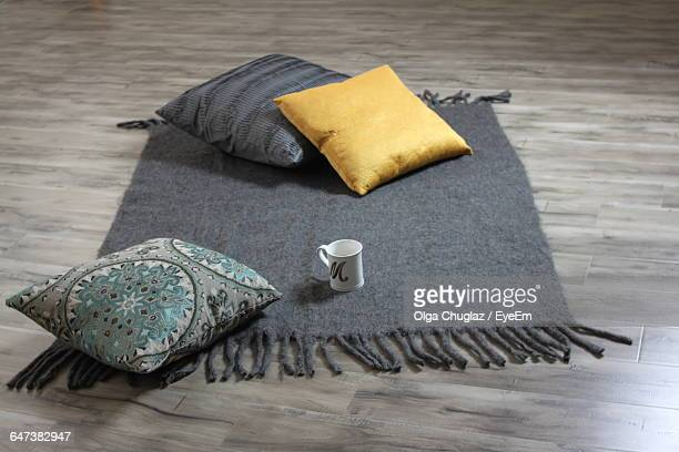 high angle view of cushions on door mat - groupe moyen d'objets photos et images de collection