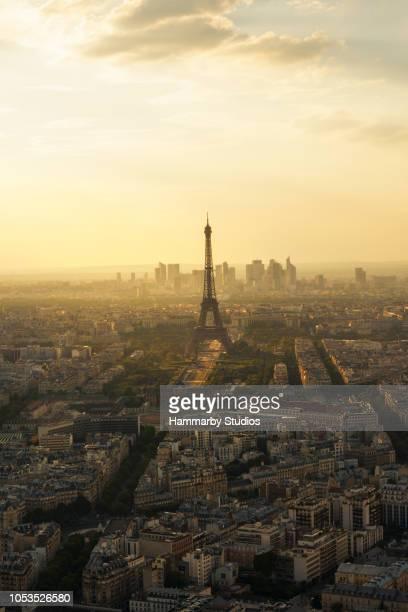 vue grand angle de la tour eiffel sur service d'observation de l'arc de triomphe pendant l'été à paris, france - ile de france photos et images de collection