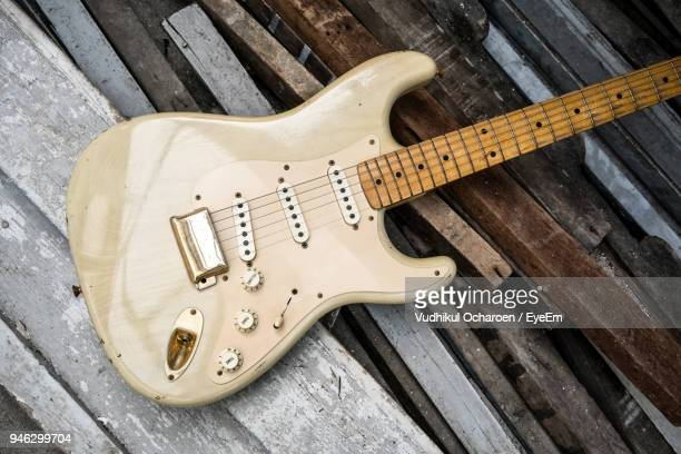 high angle view of electric guitar on wooden planks - electric guitar stock pictures, royalty-free photos & images