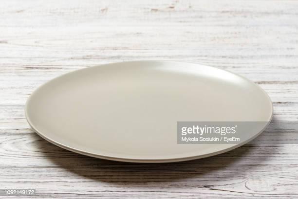 high angle view of empty plate on table - prato - fotografias e filmes do acervo