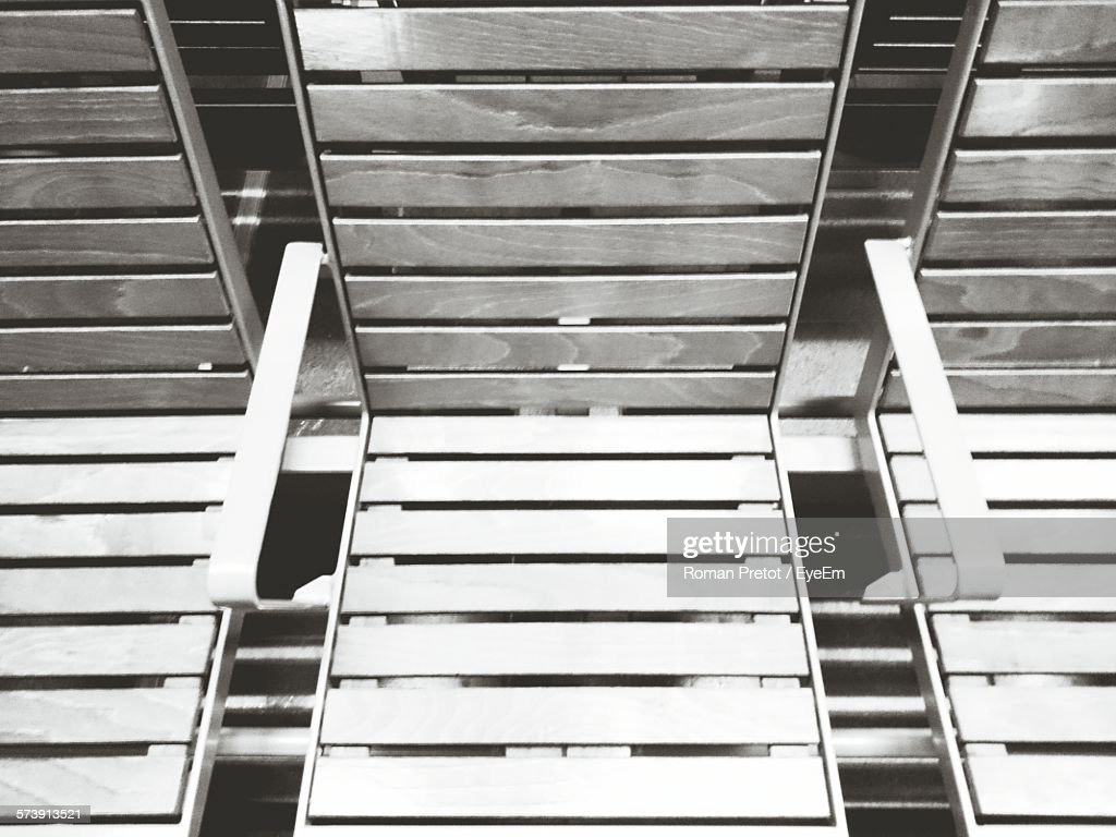 High Angle View Of Empty Wooden Seats At Railroad Station Platform : Stock-Foto