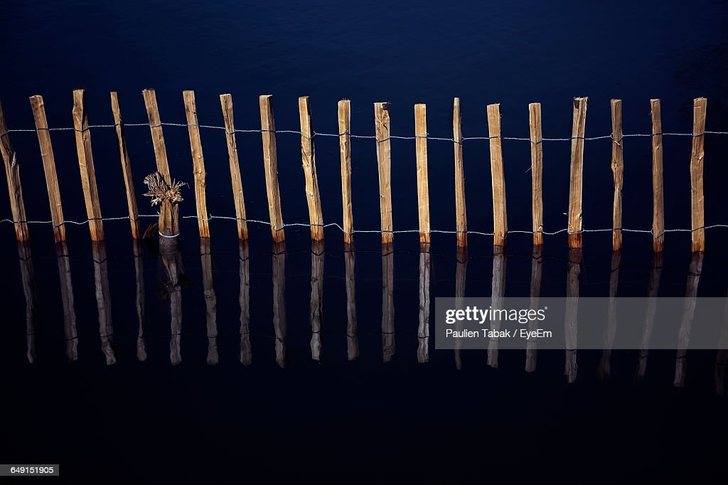 High Angle View Of Fence Reflecting In Lake : Stockfoto
