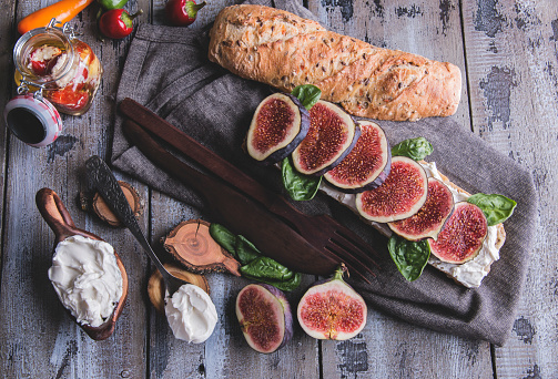 High Angle View Of Fig Slices With Bread And Yoghurt On Cutting Board - gettyimageskorea