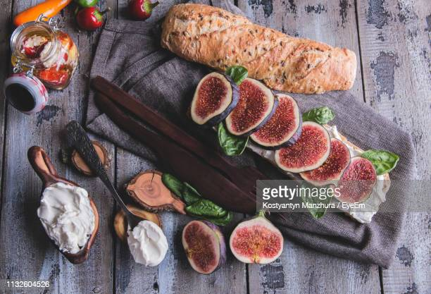 high angle view of fig slices with bread and yoghurt on cutting board - cibo pronto foto e immagini stock
