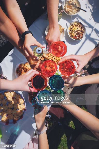 high angle view of friends eating outdoors - food and drink imagens e fotografias de stock