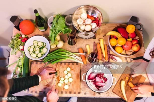 Erhöhte Ansicht Freunde bereiten Speisen zum Abendessen